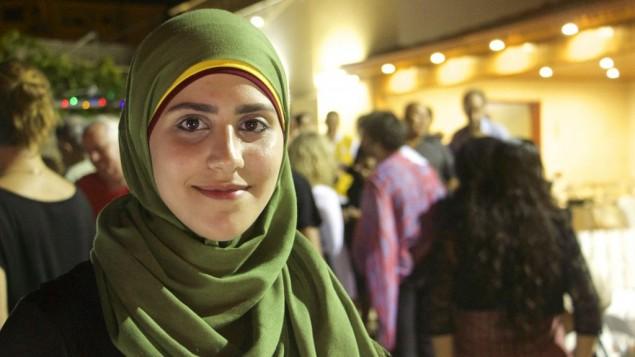 Amena Massarwe, 23 ans, accueille un iftar judéo-musulman à Tayibe, le 9 juin 2016. (Crédit : Dov Lieber/Times of Israel)
