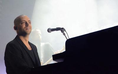 Le chanteur, compositeur et interprète Idan Raichel lors d'un concert en 2014. (Crédits : Wiki Commons)