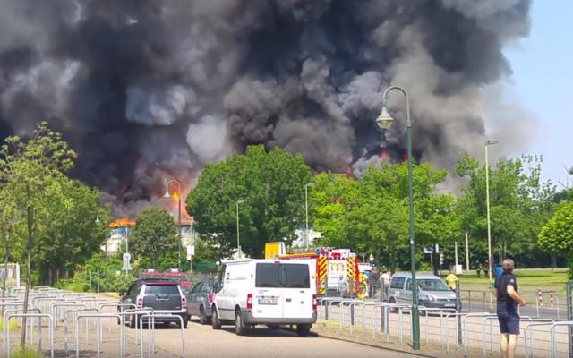 Incendie d'un foyer de réfugiés à Düsseldorf (Allemagne), le 7 juin 2016. (Crédits : capture d'écran YouTube / Benedikt Geuer)