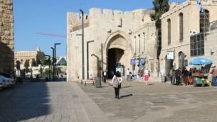 La porte de Jaffa, l'une des sept portes dans les murs de la Vieille Ville, fut restaurée par les dirigeants ottomans de Jérusalem en 1538. (Crédits : Shmuel Bar-Am)