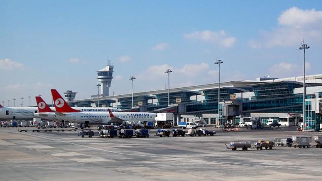 Des avions sur le tarmac de l'aéroport Ataturk (Crédit : wikimedia commons)