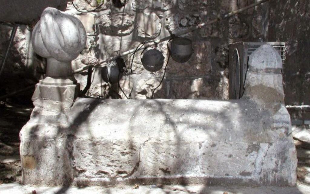 A l'intérieur de la porte, on trouve deux tombes sans noms, décorées avec des turbans de pierre de l'époque ottomane. (Crédits : Shmuel Bar-Am)