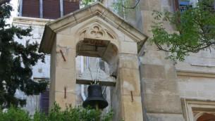 La cloche de l'église du Christ anglicane, qui combine les styles anglais et moyen-oriental. (Crédits : Shmuel Bar-Am)