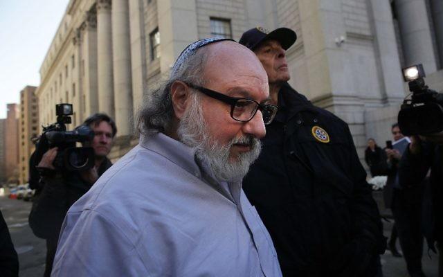 Jonathan Pollard quitte un tribunal new-yorkais après sa libération de prison, le 30 novembre 2015. (Crédit : Spencer Platt/Getty Images/AFP)