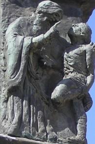 Détail de la Menorah de la Knesset, à Jérusalem : Hillel l'Ancien apprend à un homme le sens de la Torah toute entière pendant qu'il se tient sur un seul pied. (Crédit : Deror Avi/Wikipedia)