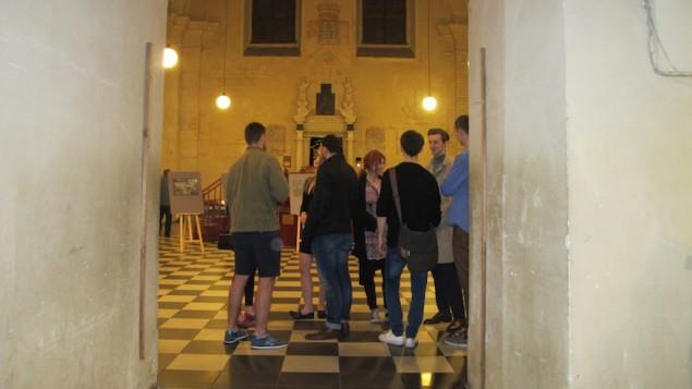 De jeunes visiteurs dans la synagogue Isaak Jakubowicz pendant la Nuit des Synagogues à Cracovie, en Pologne, le 5 juin 2016. (Crédit : Ruth Ellen Gruber)