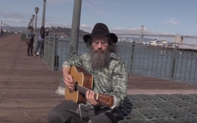 Lazer Lloyd interprète sa chanson Sittin' on the Dock of the Bay, à San Francisco en 2015. (Crédits : YouTube / Lazer Lloyd)