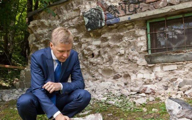 Le maire de Vilnius, Remigijus Šimašius, démantèle une générateur construit à partir de stèles juives, dans la rue Olandu, le 22 juin 2016. (Crédits : autorisation de la municipalité de Vilnius).