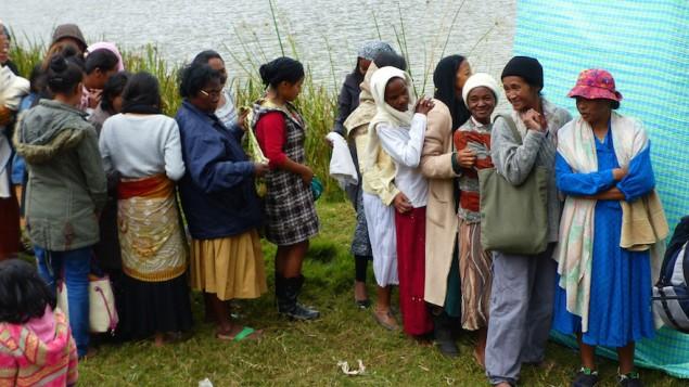 Le processus de conversion comprenait une immersion du corps entier dans une rivière située à 90 minutes de voiture d'Antananarivo, la capitale de Madagascar. (Crédit : Deborah Josefson)