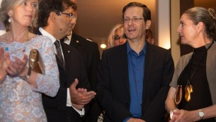 La ministre Stefania Giannini, l'ambassadeur Francesco Maria Talo, le chef de l'opposition israélienne Isaac Herzog, et Michal Herzog, le 2 juin 2016 (Photo: Rossella Tercatin / Times of Israel)