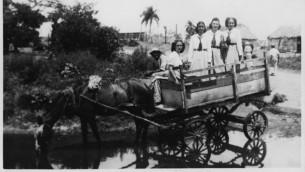 Isabel Schiller et ses amies dans leurs uniformes du lycée à Saint-Domingue, Cuba, à la fin des années 1930-début des années 1940. (Autorisation)