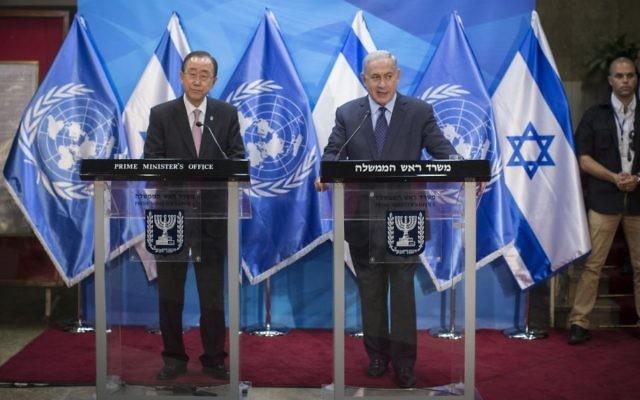 Le secrétaire-général des Nations unies Ban Ki-moon (à g.) et le Premier ministre Benjamin Netanyahu ont tenu une conférence de presse commune dans le bureau du Premier ministre à Jérusalem, le 28 juin 2016. (Crédits : Yonathan Sindel / Flash 90)