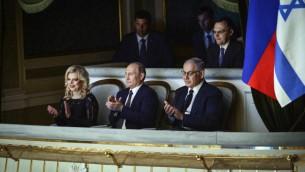 Le Premier ministre Benjamin Netanyahu et son épouse, Sara, avec le président russe Vladimir Poutine (au centre) au théâtre du Bolchoï à Moscou, le 7 juin 2016. (Crédit : Haim Zach / GPO)