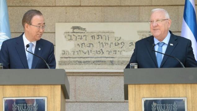 Le président Reuven Rivlin (à droite) reçoit le secrétaire général de l'ONU, Ban Ki-Moon, en visite en Israël, à la résidence présidentielle de Jérusalem, le 27 juin 2016. (Crédit : Mark Neiman/GPO)