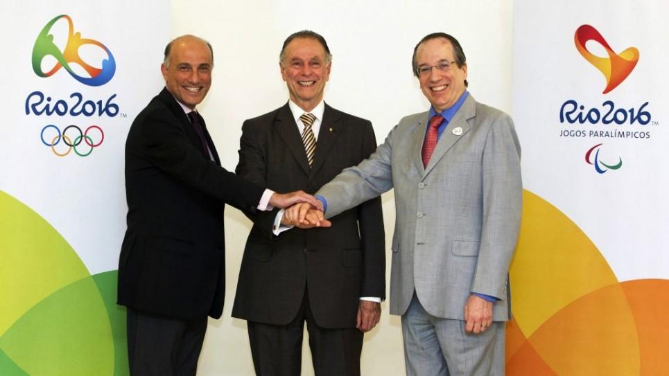 Le trio juif en charge des Jeux olympiques de Rio : Carlos Arthur Nuzman entouré par Sidney Levy, à gauche, et Leonardo Gryner, le 9 novembre 2012 (Crédit : Marcio Rodrigues/via JTA)
