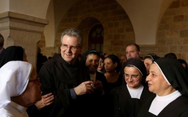 Le père Francesco Patton, nouveau Custode de Terre Sainte, est accueilli par des nonnes lors de son arrivée à l'église franciscaine du Saint-Sauveur, à Jérusalem, le 6 juin 2016. (Crédits : AFP).