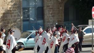 Les scouts catholiques de Jérusalem paradent dans les rues de Jaffa lors de la procession de Saint Antoine de Padoue, le 11 juin 2016. (Crédits : Héloïse Fayet / Times of Israel)