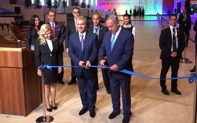 """Le Premier ministre Benjamin Netanyahu (à droite) inaugure avec u officiel russe l'exposition """"Ouvrir une porte sur Israël"""" à Moscou, en présence de son épouse Sara (à gauche), le 7 juin 2016. (Crédit : Haim Zach/GPO)"""