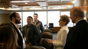 La première ministre de l'Ontario, Kathleen Wynne et son ministre de la Recherche et de l'Innovation Reza Moridi avec Judah Ari Gross, journaliste du Times of Israël, et d'autres journalistes israéliens, à Toronto, le 2 mai 2016. (Crédit : Nabil Shash/gouvernement de l'Ontario)