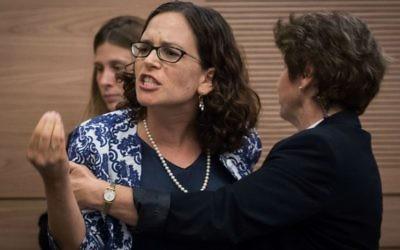La députée Rachel Azaria (Koulanou) est expulsée de la séance de la commission  des Affaires intérieures consacrée à une proposition de loi pour modifier les règlements de l'utilisation des bains rituels, le 6 juin 2016. (Crédit : Hadas Parush/Flash90)