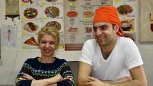 Salbi Jabakhchuryan et son fils Kaits dans leur restaurant d'Erevan, le 31 mars 2016. (Crédits : AFP Photo / Karen Minasyan)