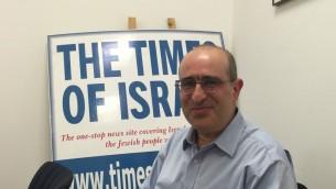Gideon Taylor, directeur des opérations de l'Organisation juive mondiale pour la restitution, dans les bureaux de Jérusalem du Times of Israel le 7 juin 2016. (Crédits : Amanda Borschel-Dan / Times of Israel)