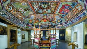 La structure du toit de la synagogue de Gwoździec, avec des peintures du plafond et une bimah, sont installées dans la galerie Ville Juive du POLIN – Musée de l'Histoire des Juifs polonais. (Crédits : Magda Starowieyska)