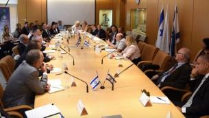 Une session du forum international de coordination pour la restitution des biens de la période de la Shoah, qui s'est déroulé au ministère des Affaires étrangères les 8 et 9 juin. (Crédits : Elram Mandel / Ministère des Affaires étrangères)