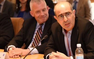 Le directeur des opérations de l'Organisation juive mondiale pour la restitution donne un discours au Forum international de coordination pour la restitution des biens de la période de la Shoah, à Jérusalem, le 8 juin 2016. (Crédits : Elram Mandel / Ministère des Affaires étrangères)