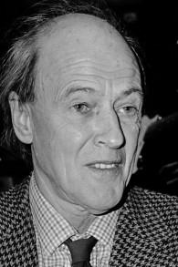 L'écrivain Roald Dahl en 1982, lorsque ses commentaires contre les Juifs et Israël ont commencé à augmenter. (Crédits : domaine public)