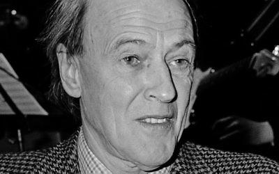 L'écrivain Roald Dahl en 1982, lorsque ses commentaires contre les Juifs et Israël ont commencé à se multiplier. (Crédits : domaine public)