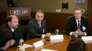Michael May, à gauche, le Dr. Barry Rubin, au centre et Kenneth Melvin, à droite, pendant une table ronde avec des journalistes israéliens à Toronto, le 2 mai 2016. (Crédit : Nabil Shash/gouvernement de l'Ontario)