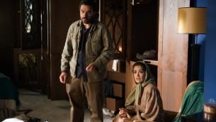 Selma Hayek, à droite, interprète dans 'Septembre à Shiraz' le rôle de Farnez Amin, dont le mari (Adrien Brody) est enlevé et torturé par des agents du régime. (Autorisation: Momentum Pictures / via JTA)