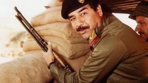 Saddam Hussein pendant la guerre Iran-Irak dans les années 1980 (Domaine public, Wikimedia Commons)