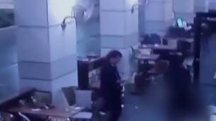 Vidéo de sécurité de l'attentat du marché Sarona de Tel Aviv, le 8 juin 2016. (Crédit :capture d'écran Deuxième chaîne)