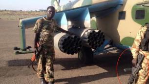 Un soldat sud-soudanais, à droite, tient une arme Galil ACE, fabriquée par les industries d'armement israélienne (entouré en rouge), avec un autre soldat portant ce qui semble être une AK-47. (Crédit : Nations unies)