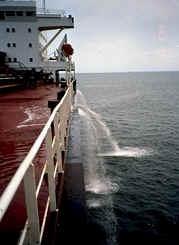 Eaux de ballast déversées dans la mer. (Crédit : US Coast Guard — Domaine public/WikiCommons)