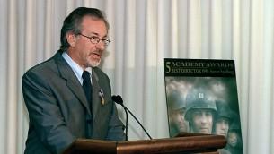 Le réalisateur Steven Spielberg lors d'un discours au Pentagone, Etats-Unis, le 11 août 1999. (Crédits : domaine public)