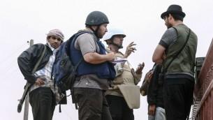 Le journaliste américain Steven Sotloff (au centre, avec le casque noir), parle à des rebelles libanais sur la ligne de front de Al Dafniya, près de Misrata, en Libye, le 2 juin 2011. Sotloff a été décapité en septembre 2014, près d'un an après avoir été kidnappé en Syrie (Crédit : Etienne de Malglaive via Getty Images/JTA)