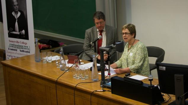 Le Dr Susan Cohen, coprésidente de la conférence et cofondatrice du groupe du souvenir d'Eleanor, avec Stephen Wordsworth, président du CARA. (Crédit : Rory Isserow)