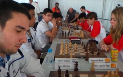 Le joueur d'échecs israélien Alon Mindlin lors du tournoi européen des jeunes à Bastia, en Corse, le 9 juin 2016. (Crédits : capture d'écran YouTube / Corse Net Infos)