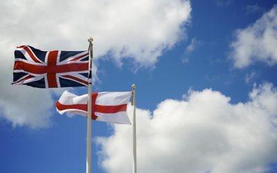 Le drapeau de l'Angleterre et le drapeau du Royaume-Uni. (Crédits : Thor / Creative Commons)