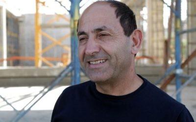 Rami Levy, qui construit le premier centre commercial israélo-palestinien à quelques mètres de la Cisjordanie, le 21 juin 2016. (Crédit : Luke Tress/Times of Israel)