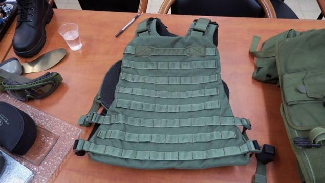 Les soldats peuvent attacher les poches dont ils ont besoin spécifiquement selon leurs missions aux nouvelles vestes de combat de l'armée israélienne. (Crédit : Luke Tress/Times of Israel)