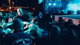 Le leader de Die Antwoord, Ninja, émerge du public pendant leur concert à Rishon Lezion, le 8 juin 2016. (Crédit  : Orit Pnini)