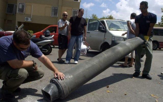 Des experts en explosifs israéliens inspectent une roquette du Hezbollah après son atterrissage à Haïfa, dans le nord d'Israël, le 9 août 2006. (Crédit : Max Yelinson/Flash90)