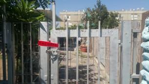 La scène d'un meurtre, où un Israélien de 28 ans a été poignardé, à Kyriat Malachi, le 23 juin 2016. (Crédit : police israélienne)