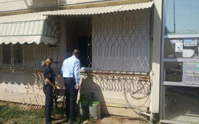 La police devant un appartement où s'était réfugié un Israélien suspecté d'avoir poignardé et tué un autre homme devant une synagogue de Kiryat Malachi, dans le sud d'Israël, le 23 juin 2016. (Crédit : police israélienne)