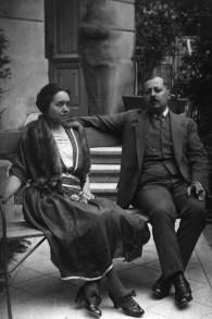 La grande-tante de Jonathan Wittenberg, Sophie, et son époux Josef dans un jardin. Ils vivaient avec Regina au début de la guerre, mais ils furent tous assassinés à Auschwitz. (Crédits : autorisation)