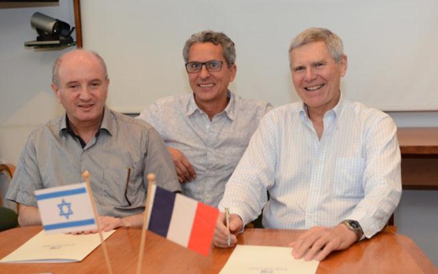 De gauche à droite : Daniel Zajfman, Président de l'Institut Weizmann ; Victor Malka, Directeur de recherche CNRS à l'Ecole Polytechnique et Professeur à l'Institut Weizmann et Jacques Biot, Président de l'Ecole Polytechnique. (Crédits: Weizmann Institute of Science)